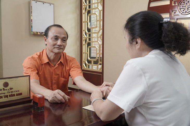 Chú Nguyễn Mạnh Hải được TS.BS Nguyễn Thị Vân Anh trực tiếp khám chữa bệnh