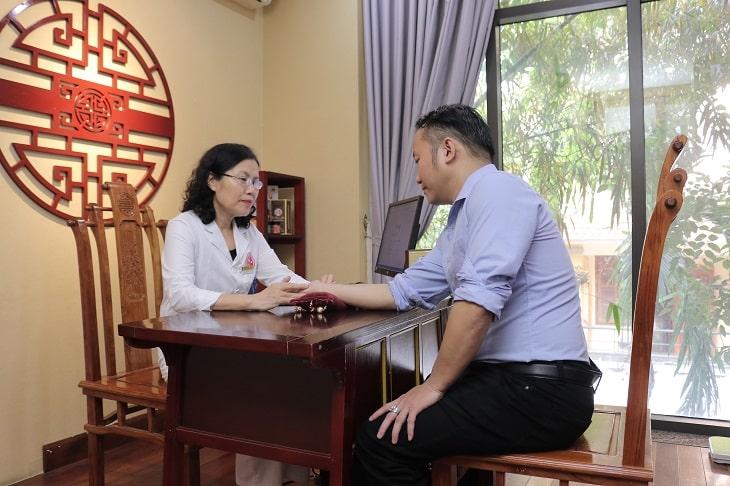 Anh Mai Hoàng Anh được bác sĩ Vân Anh trực tiếp điều trị sỏi thận